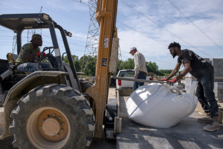 <strong>Dontavious Frazier, left, and Andrew Goldston, right, load sand for Michael Petty, center, at Christie Cut Stone on May 8, 2019 in Memphis, Tenn.</strong> (Brandon Dill/Special to The Daily Memphian)