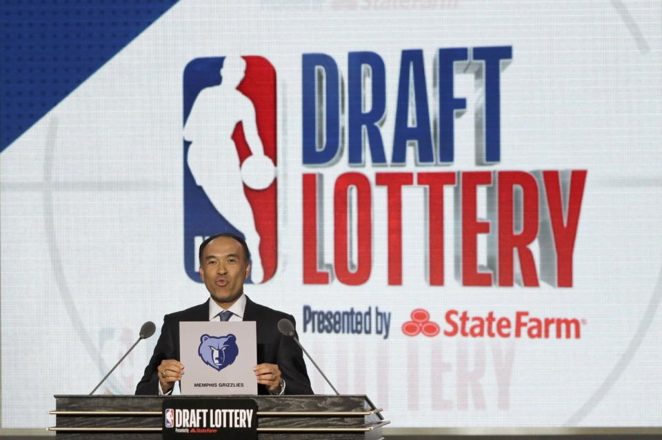 <span><strong>NBA Deputy Commissioner Mark Tatum announces that the Memphis Grizzlies won the fourth pick during the NBA basketball draft lottery Tuesday, May 15, 2018, in Chicago.</strong> (AP Photo/Charles Rex Arbogast)</span>