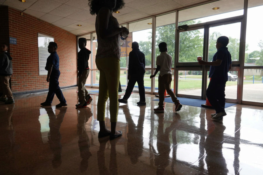 <span><strong>Students walk in a hallway between classes at Gardenview Elementary School in Memphis.</strong> (Karen Pulfer Focht/Chalkbeat)</span>