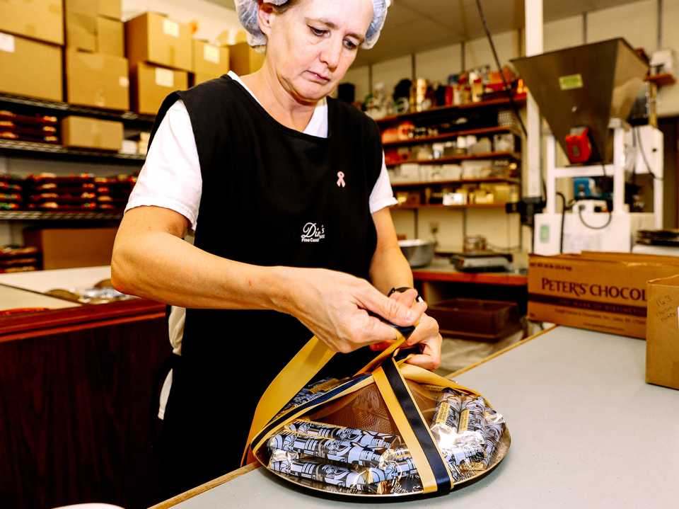 <strong>Cathy Morris, an employee at Dinstuhl's Pleasant View location, wraps up a package of assorted chocolates. Dinstuhl's has expanded its Memphis-area presence with a new 11,000-square-foot location in Collierville.</strong> (Houston Cofield/Daily Memphian)