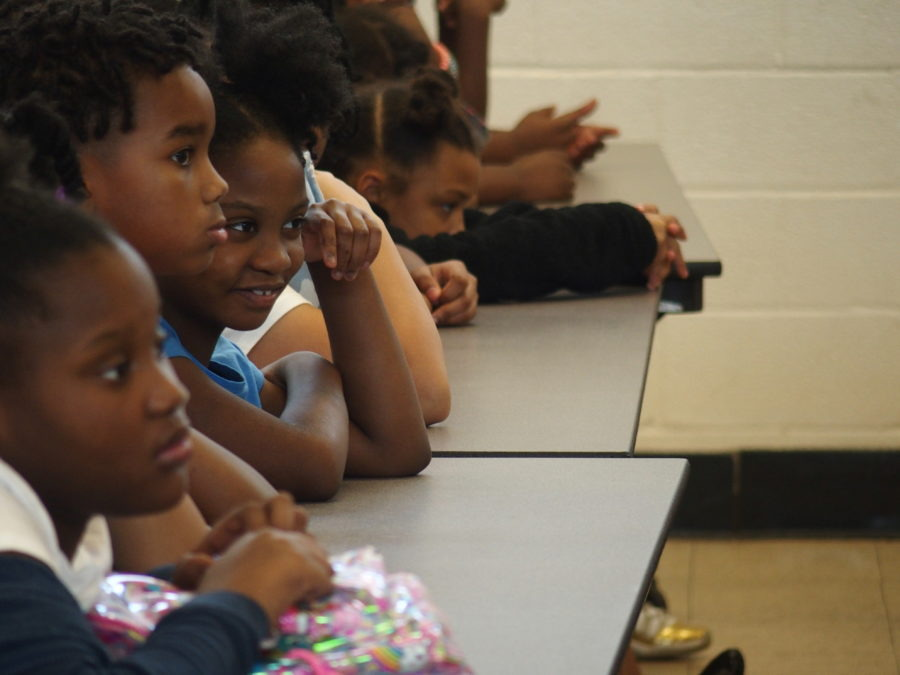 <strong>Students at Willow Oaks Elementary School in Memphis watch a performance facilitated by Cazateatro bilingual theater group during Shelby County Schools summer learning academy.</strong> (Laura Faith Kebede/Chalkbeat)