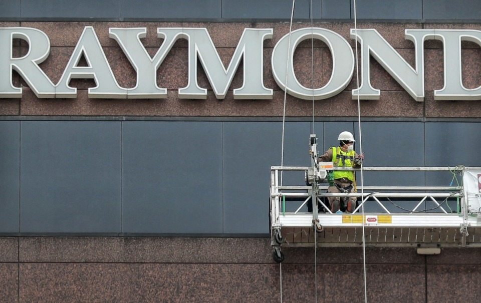 <strong>Workers with Structural Waterproofing and Restoration out of Little Rock repair windows on the Raymond James building on March 12, 2019. A July 30 court filing appears to confirm that Raymond James is moving from Downtown to the Ridgeway Center office park in East Memphis.</strong> (Jim Weber/Daily Memphian)
