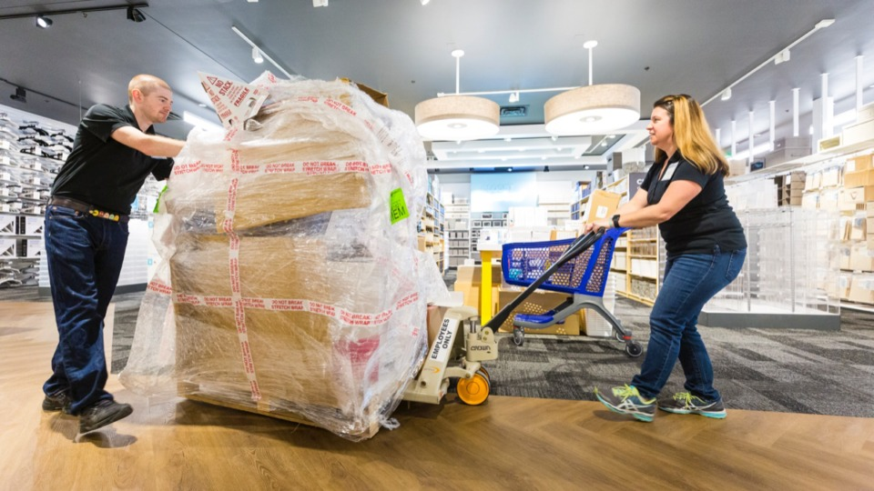 <strong>Matt Warder (left) assists Stacey MacCrackin with hauling goods inside the new Container Store in Germantown Sept. 11.</strong> (Ziggy Mack/Daily Memphian)