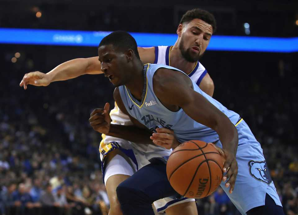 <strong>Memphis Grizzlies' Jaren Jackson Jr., left, drives the ball against Golden State Warriors' Klay Thompson during the first half of an NBA basketball game Monday, Nov. 5, 2018, in Oakland, Calif.</strong> (AP Photo/Ben Margot)