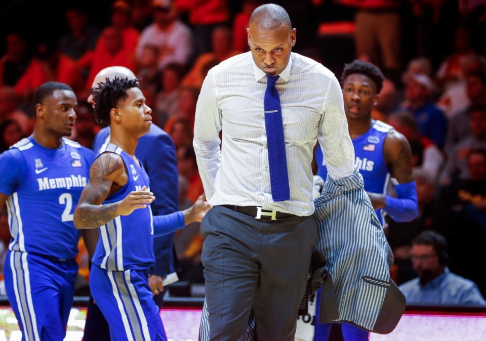 <strong>Memphis head coach Penny Hardaway pulls off his coat during a timeout late in the game against Tennessee Saturday, Dec. 14, 2019 in Knoxville, Tennessee.</strong> (Mark Weber/Daily Memphian)