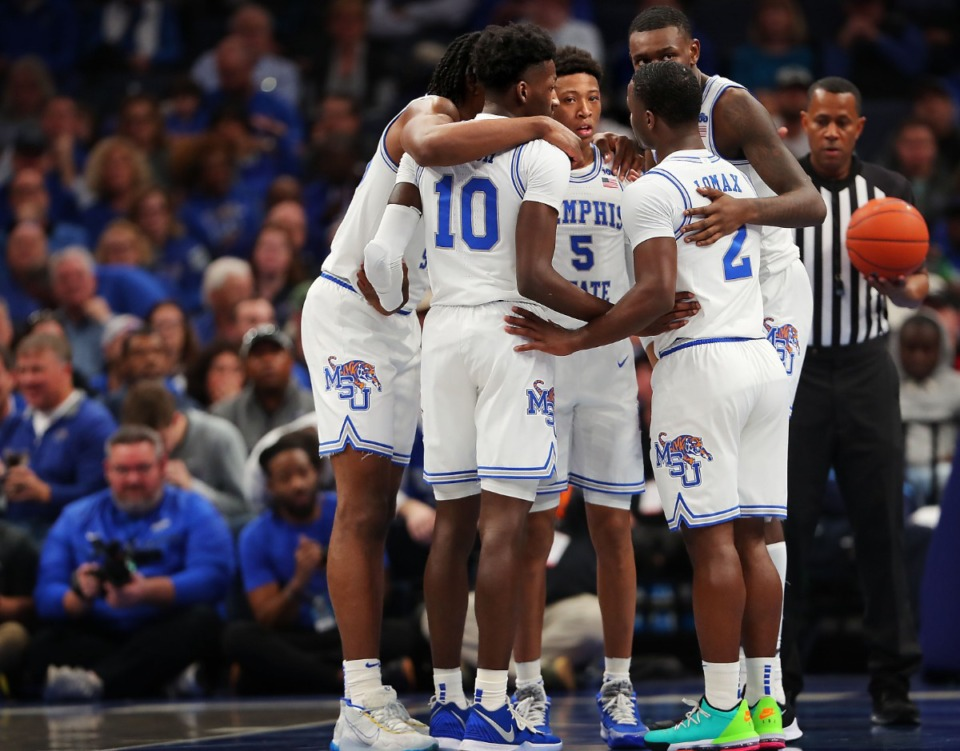 <strong>University of Memphis players stop for a quick huddle on the court after a Bulldogs foul during the Tigers' game on Jan. 4, 2020, against Georgia at the FedExForum.</strong> (Jim Weber/Daily Memphian)