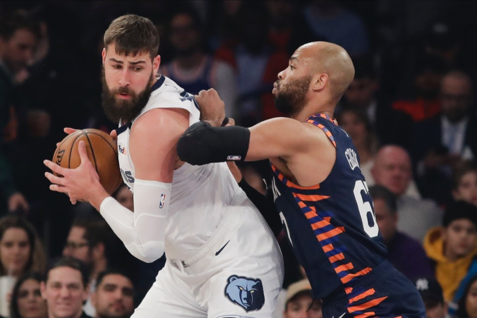 <strong>New York Knicks' Taj Gibson, right, defends against Memphis Grizzlies' Jonas Valanciunas, Jan. 29, 2020, in New York.</strong> (Frank Franklin II/AP)