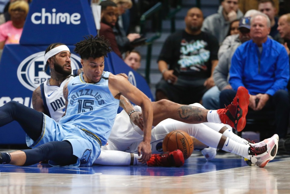<strong>A loose ball brings Memphis Grizzlies forward Brandon Clarke (15) and Dallas Mavericks center Willie Cauley-Stein (33) into conflict Feb. 5, 2020, in Dallas.</strong> (Ron Jenkins/AP)