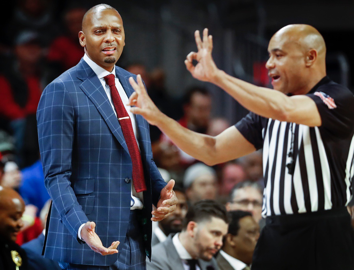 <strong>Memphis head coach Penny Hardaway (left) reacts to an official's foul call against the Tigers while playing Cincinnati Thursday, Feb. 13, 2020.</strong> (Mark Weber/Daily Memphian)