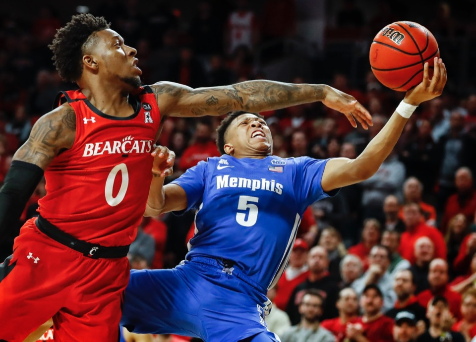 <strong>Memphis guard Boogie Ellis (right) drives the lane against Cincinnati defender Chris McNeal (left) Feb. 13, 2020.</strong> (Mark Weber/Daily Memphian)