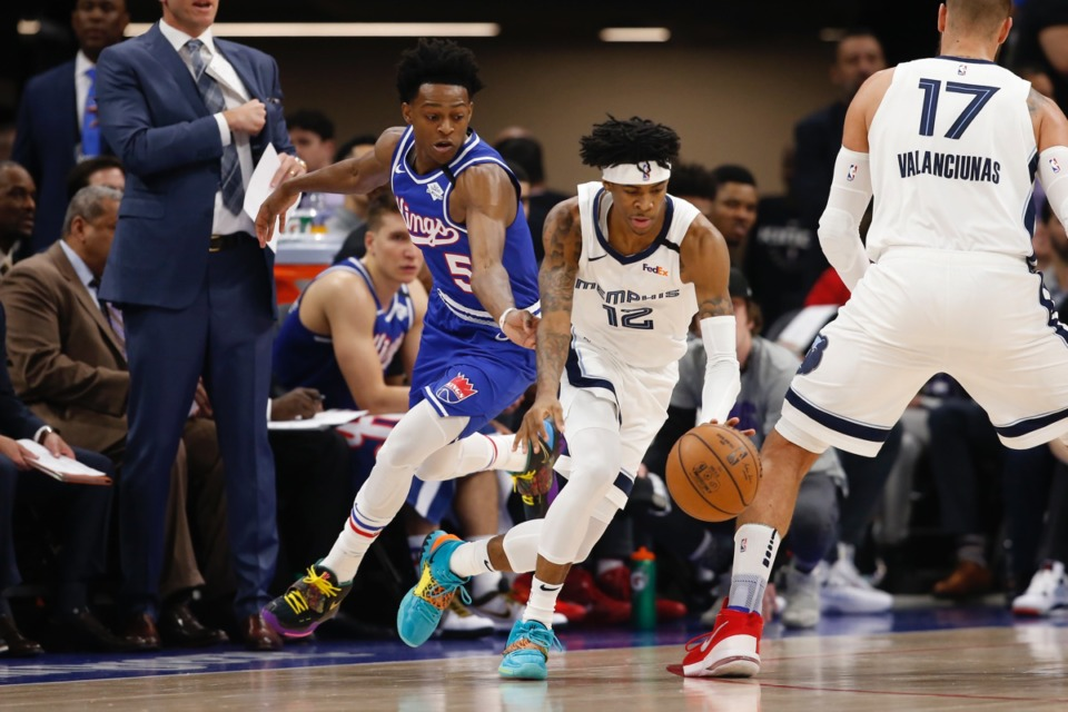 <strong>Memphis Grizzlies guard Ja Morant, right, dribbles aways from Sacramento Kings guard De'Aaron Fox, left, in Sacramento, Calif., Thursday, Feb. 20, 2020.</strong> (Rich Pedroncelli/AP)