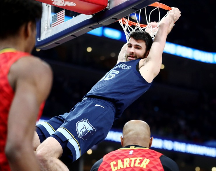 <strong>Memphis Grizzlies guard John Konchar looks at Atlanta Hawks legend Vince Carter after slamming the ball home during a March 7, 2020, game at FedExForum against the Atlanta Hawks.</strong> (Patrick Lantrip/Daily Memphian)