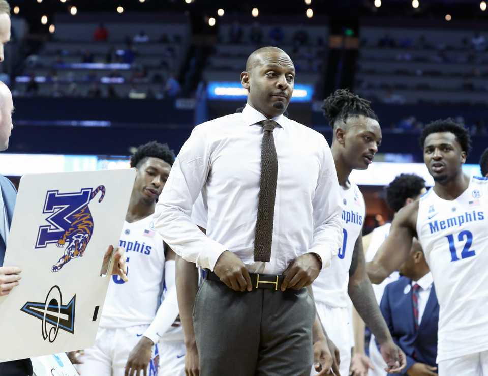 <strong>Memphis Tigers coach Penny Hardaway, down to shirtsleeves, talks to his team during Saturday's game against Yale at FedExForum.</strong> (Karen Pulfer Focht/Special to the Daily Memphian)