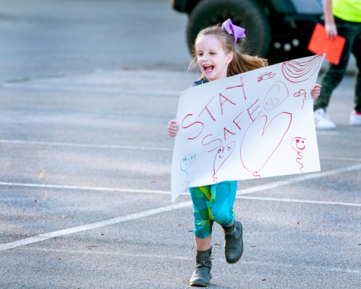 <strong>Sara Kate Netherton, 5, offers enthusiastic support for nurses coming out of Baptist Memorial Hospital-Collierville during shift change Sunday, March 29, 2020. Netherton was among about two dozen people who showed up to show their support to the health care workers.</strong> (Greg Campbell/Special for The Daily Memphian)