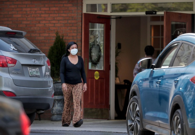 <strong>Employees help an elderly resident return home on April 1, 2020, at the Carriage Court assisted living facility in East Memphis where six residents and staff have tested positive for COVID-19.</strong> (Jim Weber/Daily Memphian)