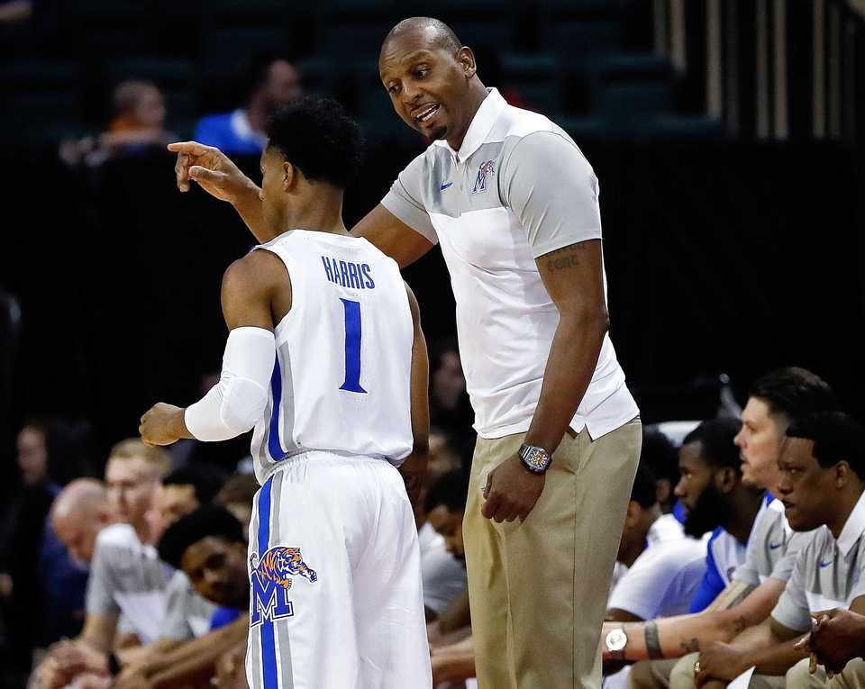 <strong>University of Memphis head basketball coach Penny Hardaway talks to Tigers guard Tyler Harris (1) during the 2018 AdvoCare Invitational game between the Oklahoma State Cowboys and Memphis on Nov. 22, 2018, at the HP Field House in Orlando, Fla.&nbsp;</strong> (Icon Sportswire via AP Images)