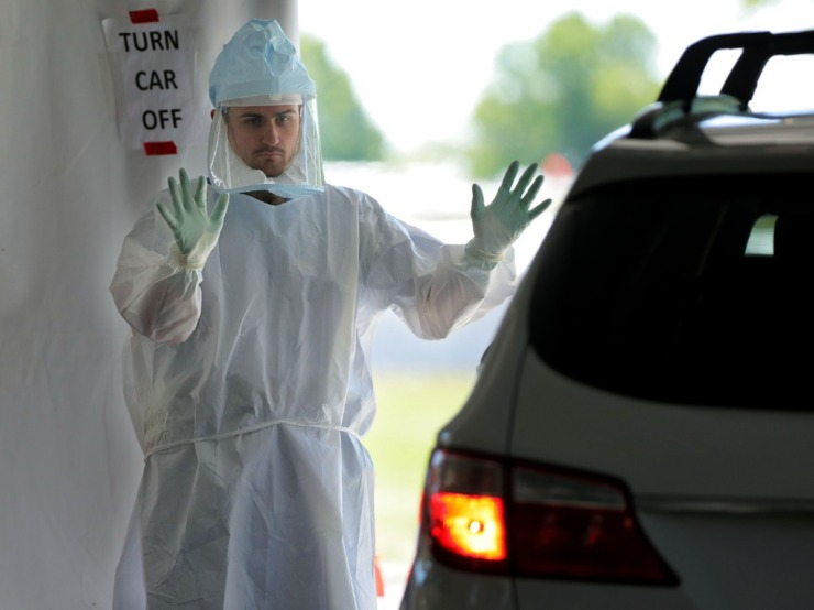 <strong>A doctor waves a possible COVID-19 patient in for testing at UTHSC's Tiger Lane&not; testing site April 10, 2020.</strong> (Patrick Lantrip/Daily Memphian)
