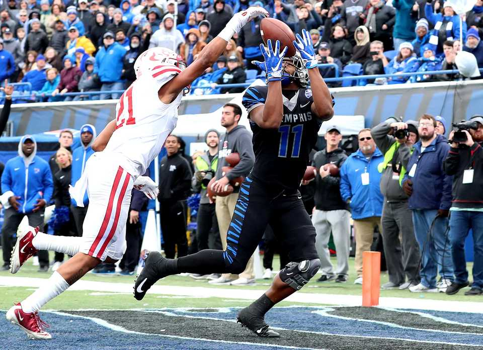 "<strong>University of Memphis wide receiver Sam Craft (11) reaches for a pass in the end zone during the Tigers' game against the Houston Cougars on&nbsp;<span class=""s1"">Friday, Nov. 23, at Liberty Bowl Memorial Stadium.</span></strong>(Houston Cofield/Daily Memphian)"