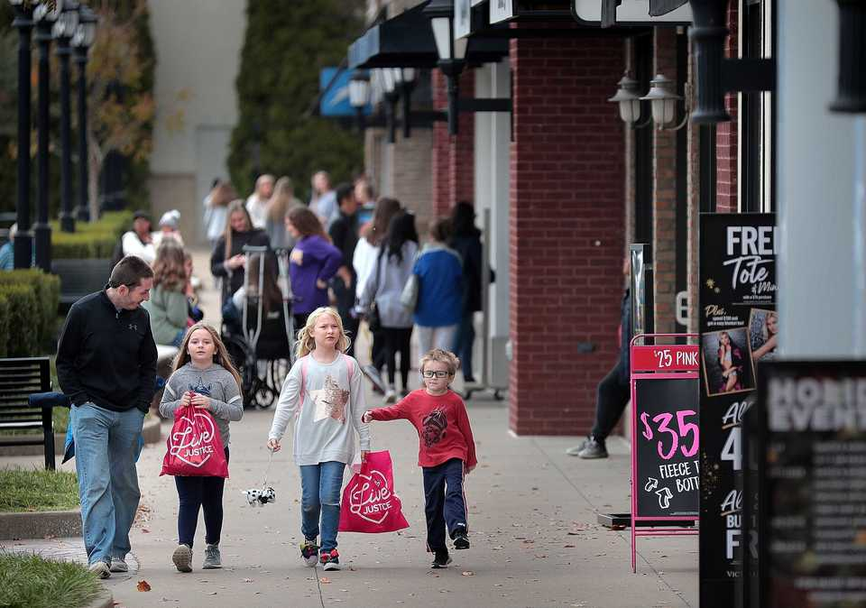 <strong>Shoppers at Carriage Crossing hunt for Black Friday deals on Nov. 23, 2018. Bayer Properties of Birmingham, Ala., has turned the management focus to developing the 10-year-old mall into a demand-based shopping destination.</strong>&nbsp;(Jim Weber/Daily Memphian