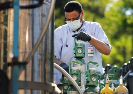 <strong>James Holts unloads a shipment of medical-grade oxygen and nitrogen at Methodist Germantown on April 21, 2020.</strong> (Patrick Lantrip/Daily Memphian)