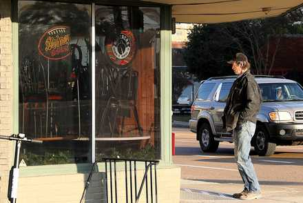 <strong>A disappointed man turns around and leaves after reading a farewell letter taped to the front door of Zinnie's, a longtime Midtown hangout that originally opened in 1973.</strong> (Patrick Lantrip/Daily Memphian)