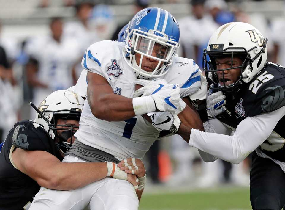 <strong>Memphis's Tony Pollard (center) returns a kickoff as he runs into Central Florida defensive back Kyle Gibson (25) during the first half of the American Athletic Conference championship NCAA game, Saturday, Dec. 1, 2018, in Orlando, Fla.</strong> (AP Photo/John Raoux)