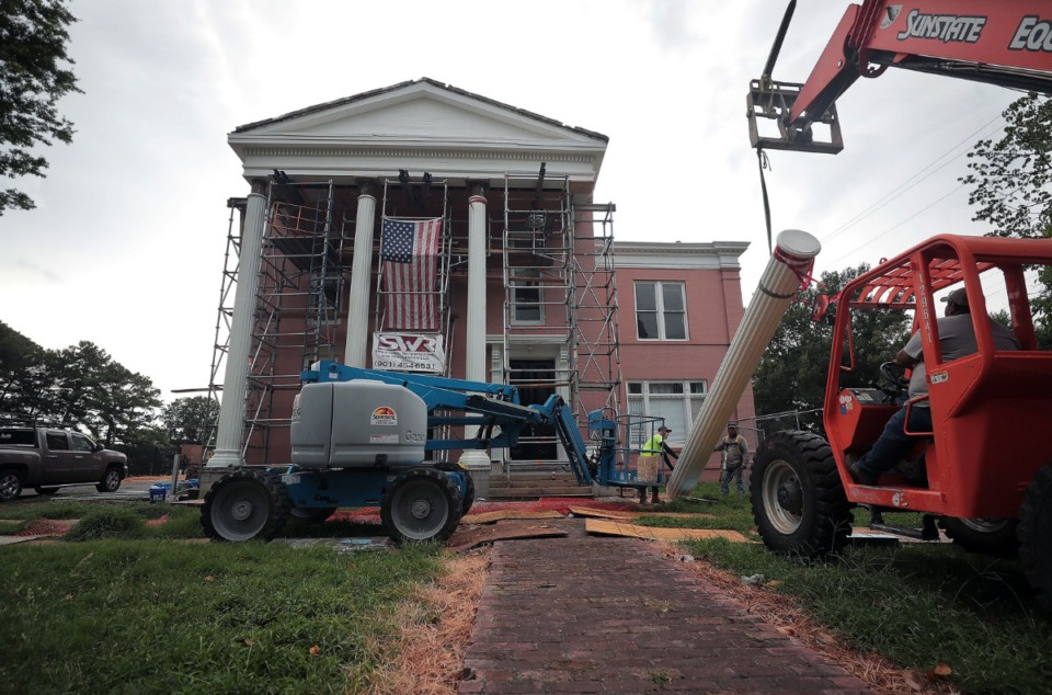 <strong>Construction crews raise the last pillar on the fa&ccedil;ade of the Pillow-McIntyre House, a two-story Greek Revival home in Victorian Village July 16, 2020. Built by C.G. Richardson in 1847, the house was purchased by Confederate General Gideon Pillow in 1873 and sold to Peter McIntyre, founder of the first glucose refinery in Memphis.</strong> (Patrick Lantrip/Daily Memphian)