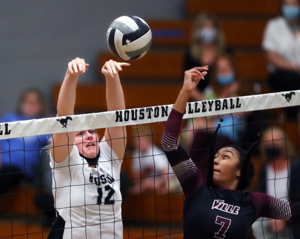 <strong>Houston High School junior Adison Kizer goes up against Collierville High School's Tia Rizvi during a Sept. 17, 2020 home match.</strong> (Patrick Lantrip/Daily Memphian)