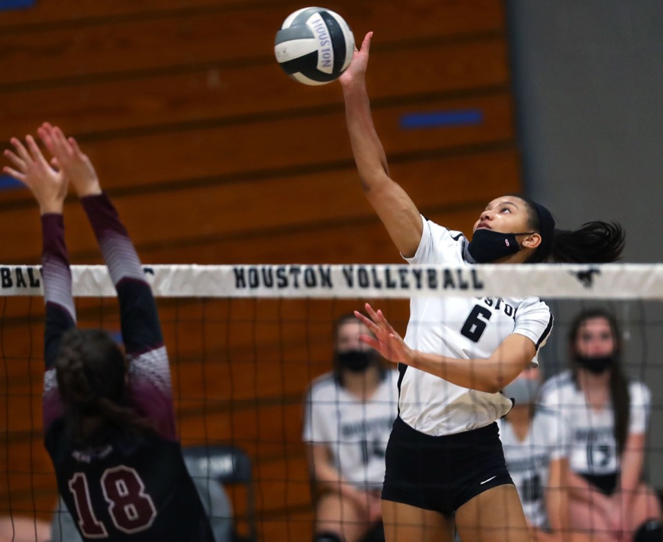 <strong>Houston senior Kennedy Shaw leaps up for the ball during a Sept. 17, 2020, game against Collierville.</strong> (Patrick Lantrip/Daily Memphian)
