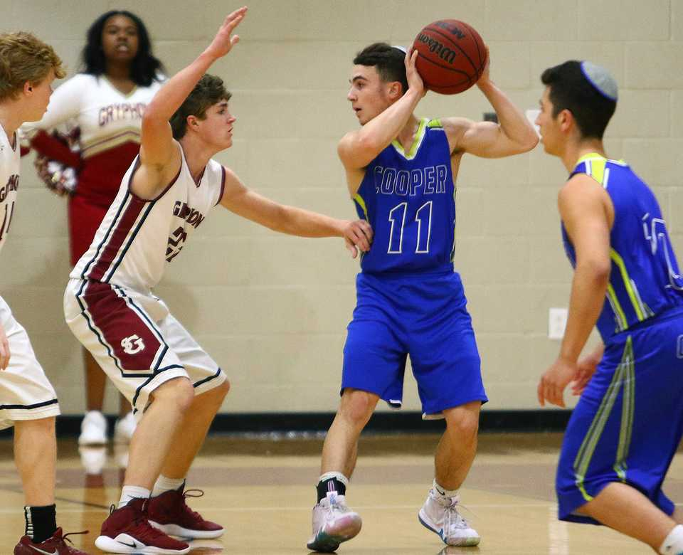 <strong>Simcha Osdoba (11) from the Margolin Hebrew Academy sets the offense during a game at St. George's Independent School in Collierville on Dec. 11, 2018.</strong> (Dale Anderson/Special to The Daily Memphian)