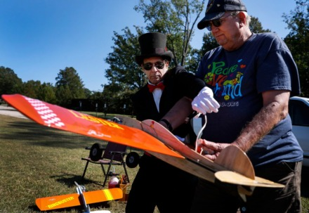 <strong>Lester Goldsmith (left) receives help from Al Robinson (right) as they prepare his Ringmaster airplane for flight on Thursday, Oct. 1, 2020 at Audubon Park.</strong> (Mark Weber/The Daily Memphian)