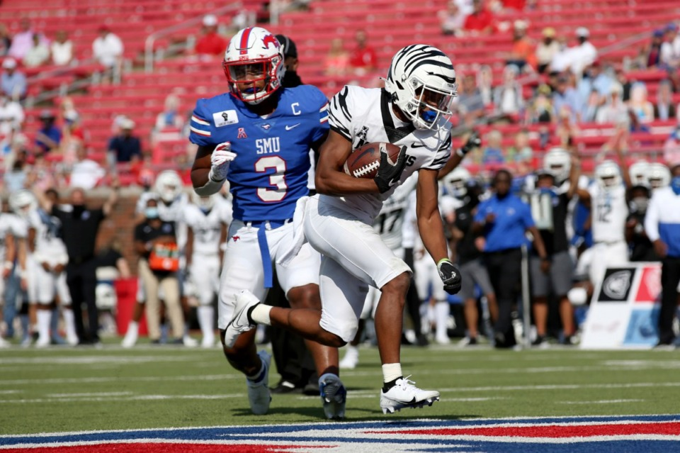 <strong>Memphis tight end Sean Dykes (right) avoids a tackle by SMU linebacker Delano Robinson (3) and scores a touchdown during the first half of an NCAA college football game in Dallas, Saturday, Oct. 3, 2020.</strong> (Roger Steinman/AP)