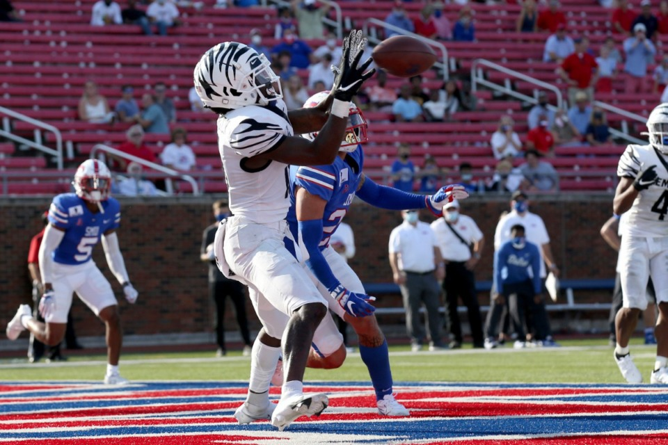 <strong>Memphis wide receiver Tahj Washington (left) makes a catch for a touchdown in front of SMU safety Donald Clay, background, during the second half of an NCAA college football game in Dallas, Saturday, Oct. 3, 2020. SMU beat Memphis 30-27.</strong> (Roger Steinman/AP)