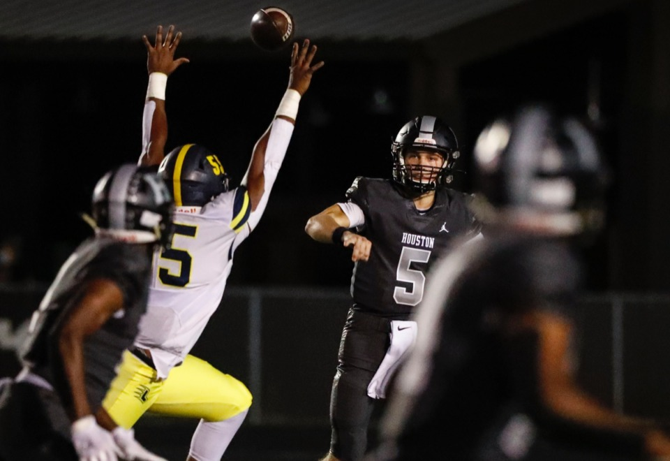<strong>Houston quarterback Gray Nischwitz (middle) throws a pass against Lausanne on Friday, Oct. 23, 2020.</strong> (Mark Weber/The Daily Memphian)