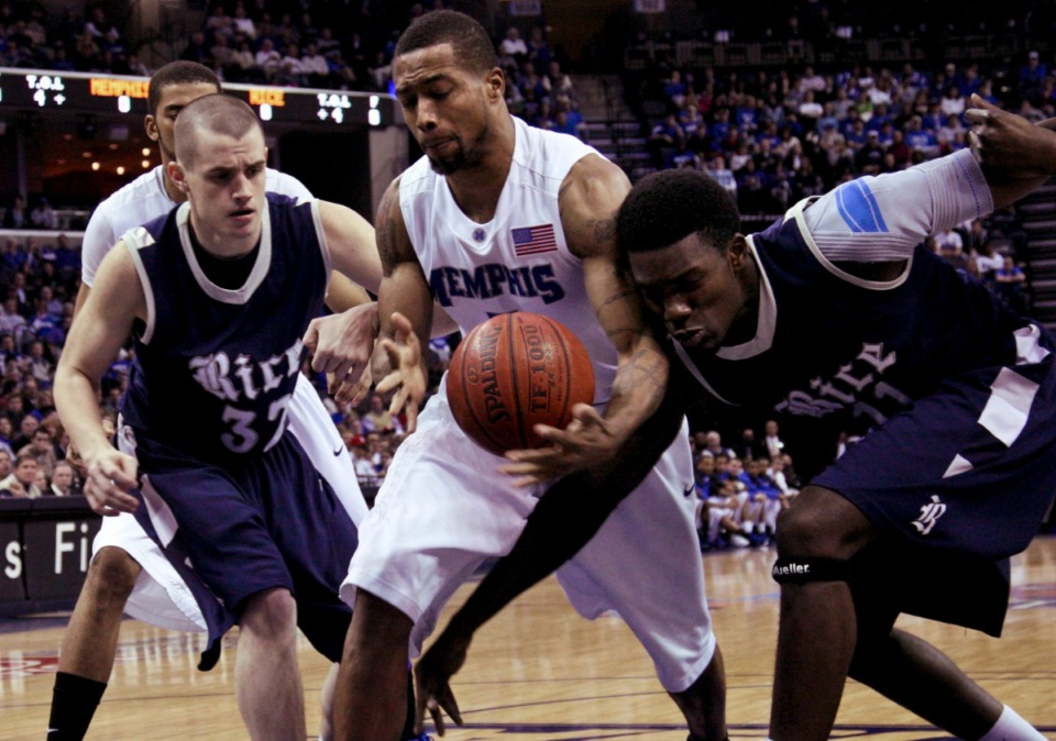 <strong>Memphis guard Antonio Anderson, center, tries to hang onto a rebound on Jan. 21, 2009.&nbsp;The former Tigers guard is set to host a weekly Memphis hoops podcast titled&nbsp;&ldquo;Beale Street Bullies.&rdquo;&nbsp;</strong>(Lance Murphey/AP)