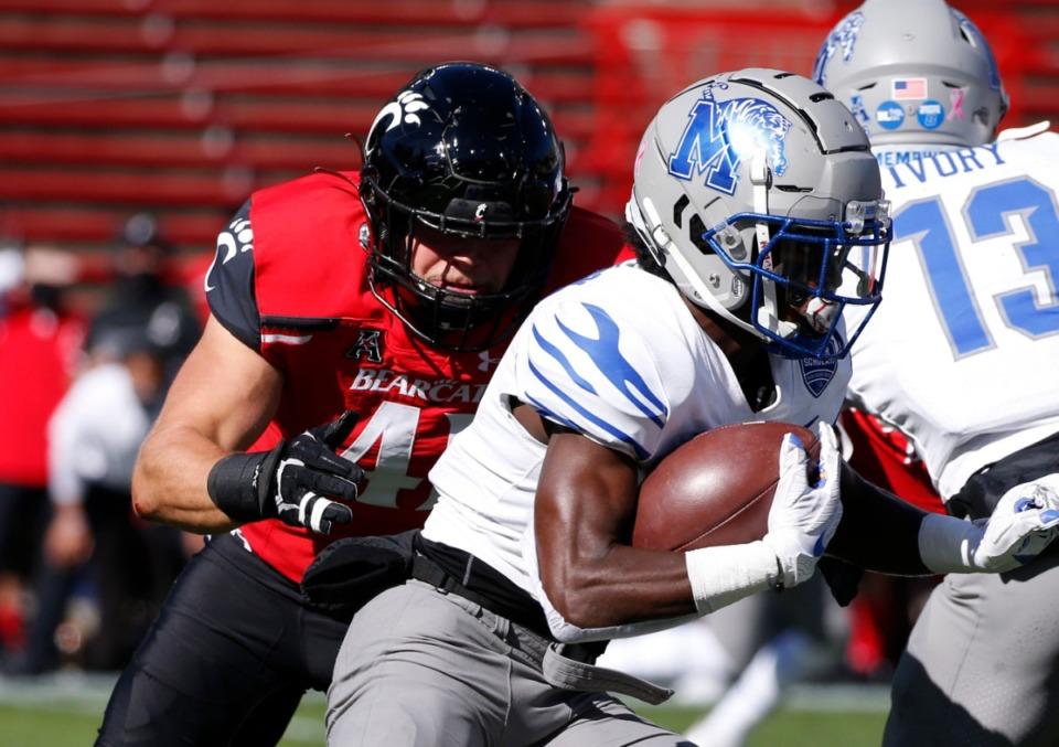 <strong>Memphis wide receiver Tahj Washington runs for a touchdown against Cincinnati linebacker Joel Dublanko during the NCAA college football game Saturday, Oct. 31, 2020, in Cincinnati.</strong> (Gary Landers/AP)