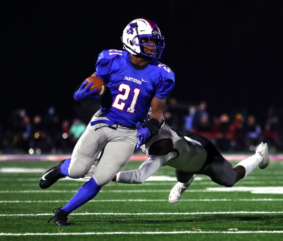 <strong>Bartlett High School running back Robert Giaimo (21) breaks a tackle during an Oct. 30, 2020 game against Collierville High School</strong>. (Patrick Lantrip/Daily Memphian)