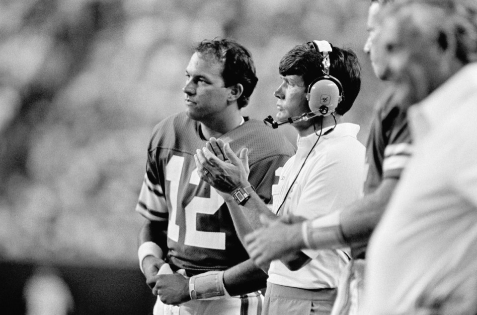 <strong>Les Steckel, seen here in 1984 as the head coach of Minnesota Vikings (middle), will be the featured speaker at this year&rsquo;s Fellowship of Christian Athletes/AutoZone Liberty Bowl breakfast.</strong> (Jim Mone/AP)