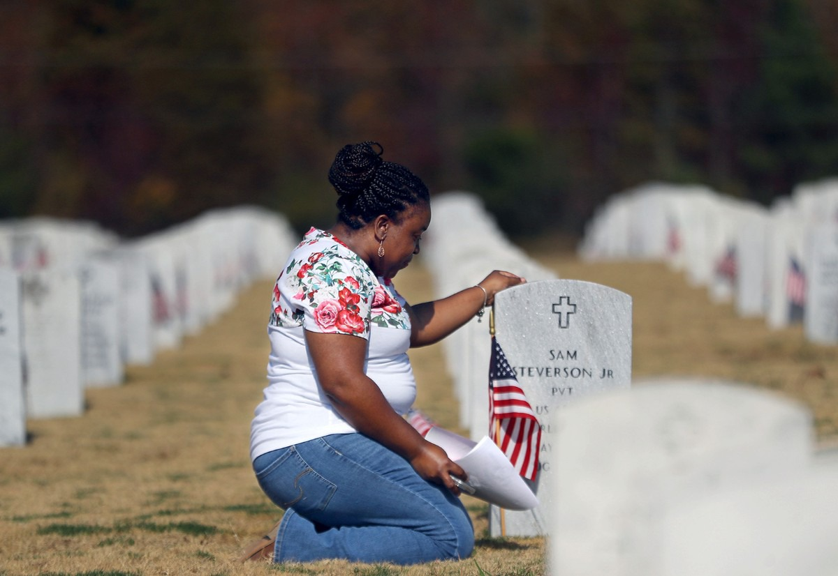 <strong>Laterrilyne Taylor pays her respects to her grandparents on Veterans Day at the West Tennessee State Veterans Cemetery Nov. 11, 2020</strong>. (Patrick Lantrip/Daily Memphian)