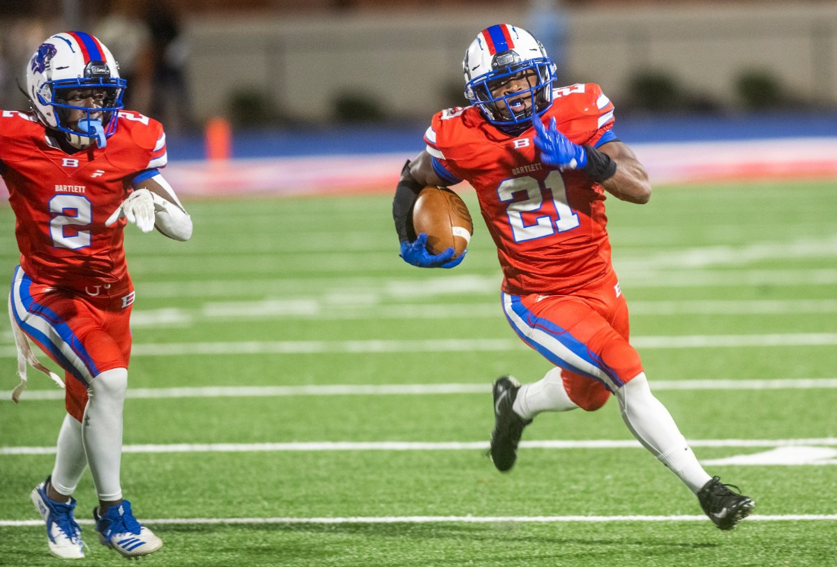 <strong>Bartlett High School running back Robert Giaimo rounds the corner to advance upfield in the district playoff with Houston High School Saturday, Nov. 14, 2020.</strong> (Greg Campbell/Special to The Daily Memphian)