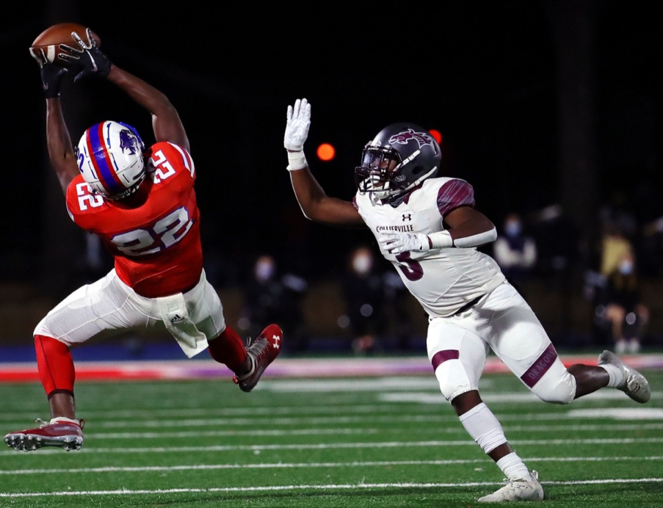 <strong>Bartlett High School running back Dailan Jones (22) makes a leaping catch during the Nov. 20, 2020, playoff game againt Collierville High School.</strong> (Patrick Lantrip/Daily Memphian)