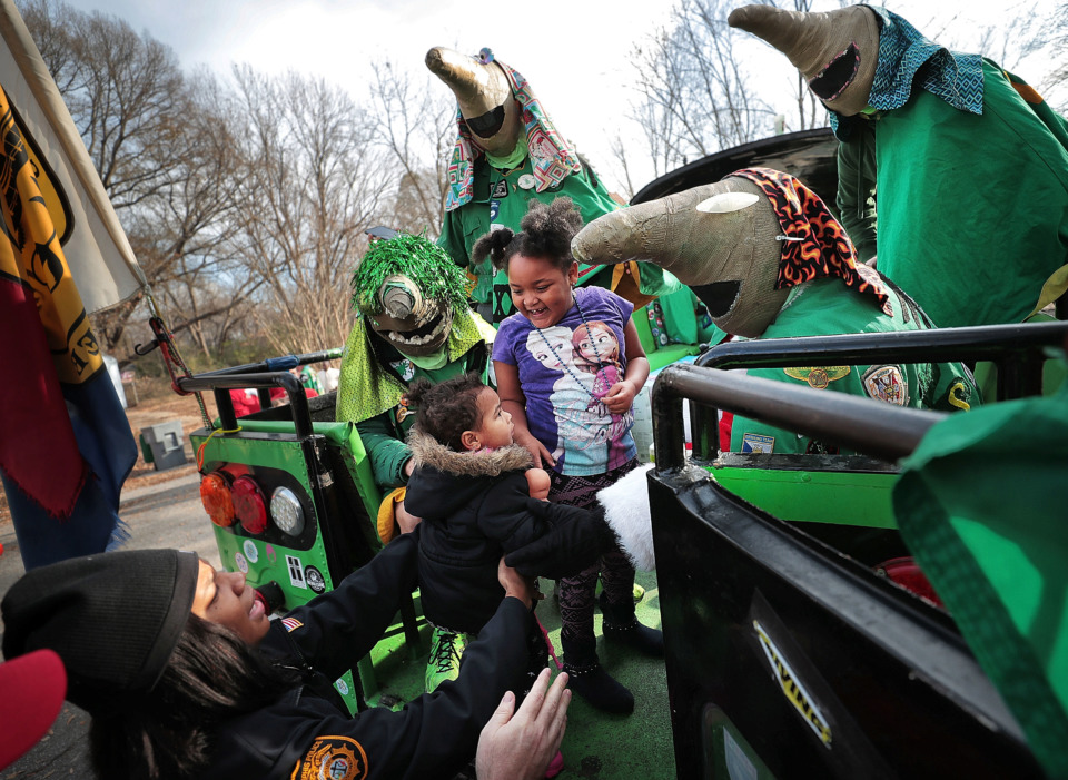 <strong>Terri Hanna Nixon, 5, and her sister Taniya, 2, visit the Boll Weevils' bus on Wednesday, Dec. 19.</strong> (Jim Weber/Daily Memphian)