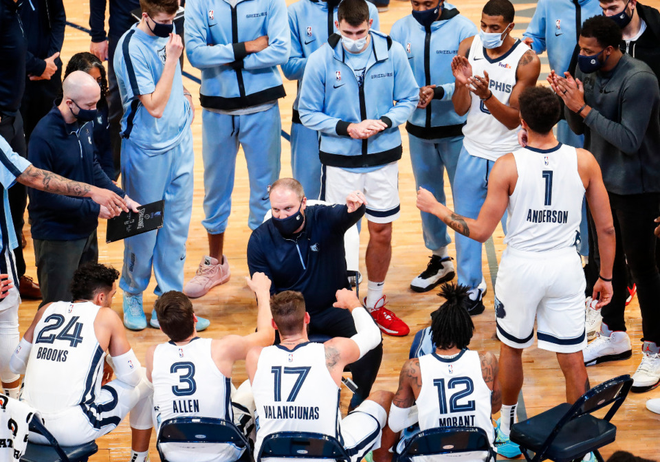 <strong>Memphis Grizzlies head coach Taylor Jenkins (middle) leads the huddle during a break in action against Atlanta Hawks on Thursday, Dec. 17, 2020.</strong> (Mark Weber/The Daily Memphian)