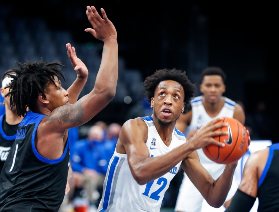 <strong>Memphis forward DeAndre Williams drives the lane against the Tulsa defense during action on Monday, Dec. 21, 2020.</strong> (Mark Weber/The Daily Memphian)
