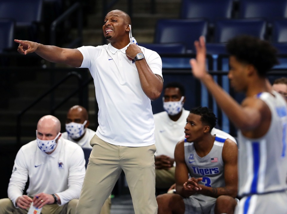 <strong>University of Memphis Penny Hardaway tries to get his team's attention during a home game against the University of South Florida on Dec. 29, 2020.</strong> (Patrick Lantrip/Daily Memphian)