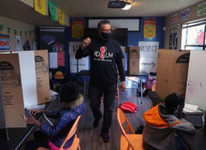 <strong>Eric Watkins helps students keep their focus on Thursday, Jan. 14, at Red Door Urban Missions&rsquo; virtual school learning center inside the New Horizon Apartments in Whitehaven.&nbsp;Watkins started the nonprofit in 2019 as a grassroots organization to serve those who are &ldquo;marginalized, neglected and ignored.&rdquo; </strong>(Patrick Lantrip/Daily Memphian)