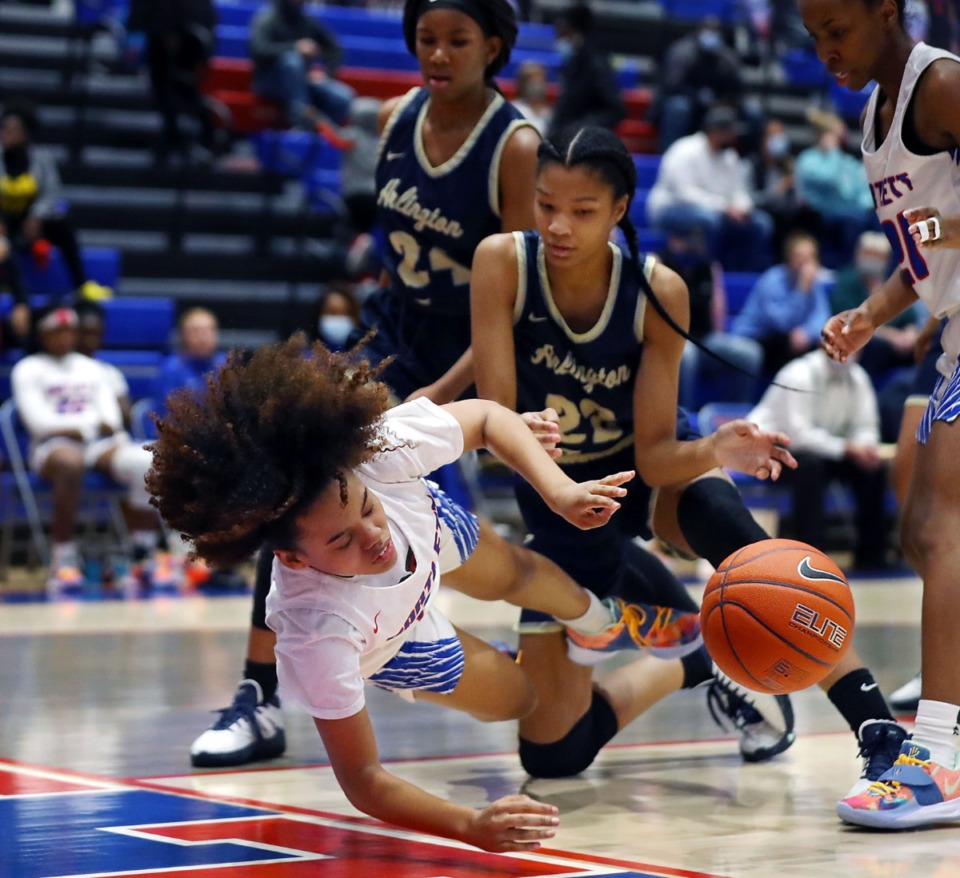 <strong>Bartlett&rsquo;s Zoe Williams (13) dives for a loose ball on Jan. 15, 2021, in the game against Arlington.</strong> (Patrick Lantrip/Daily Memphian)