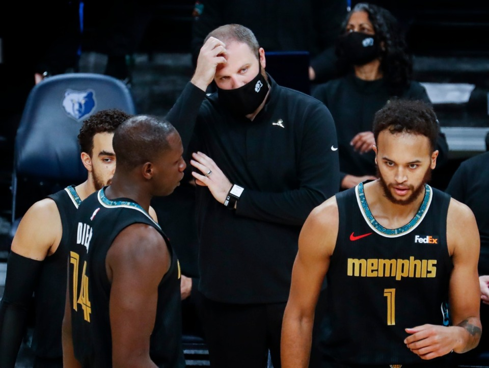 <strong>Memphis Grizzlies head coach Taylor Jenkins (middle) scratches his head during a break in action against the Phoenix Suns on Monday, Jan. 18, 2021.</strong> (Mark Weber/The Daily Memphian)
