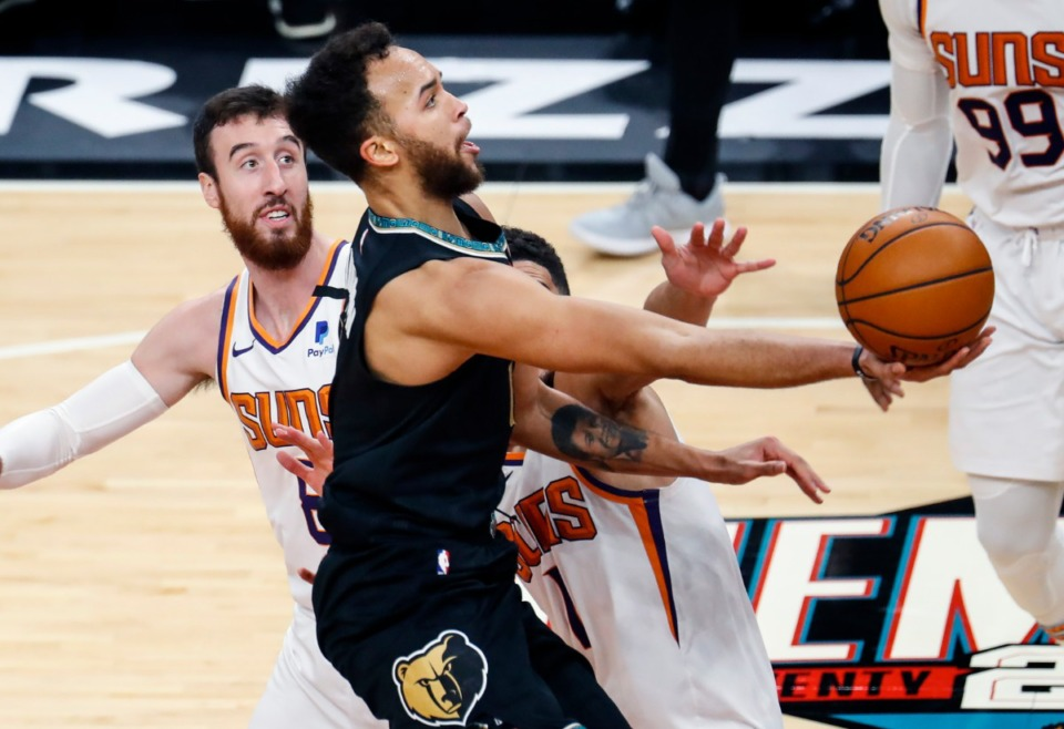 <strong>Memphis Grizzlies forward Kyle Anderson (middle) drives the lane against the Phoenix Suns defense during action on Monday, Jan. 18, 2021.</strong> (Mark Weber/The Daily Memphian)