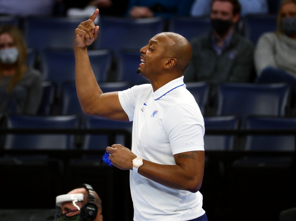 <strong>Memphis Tigers head coach Penny Hardaway motions to his team during a Feb. 6, 2021 game against ECU at the FedExForum.</strong> (Patrick Lantrip/Daily Memphian)